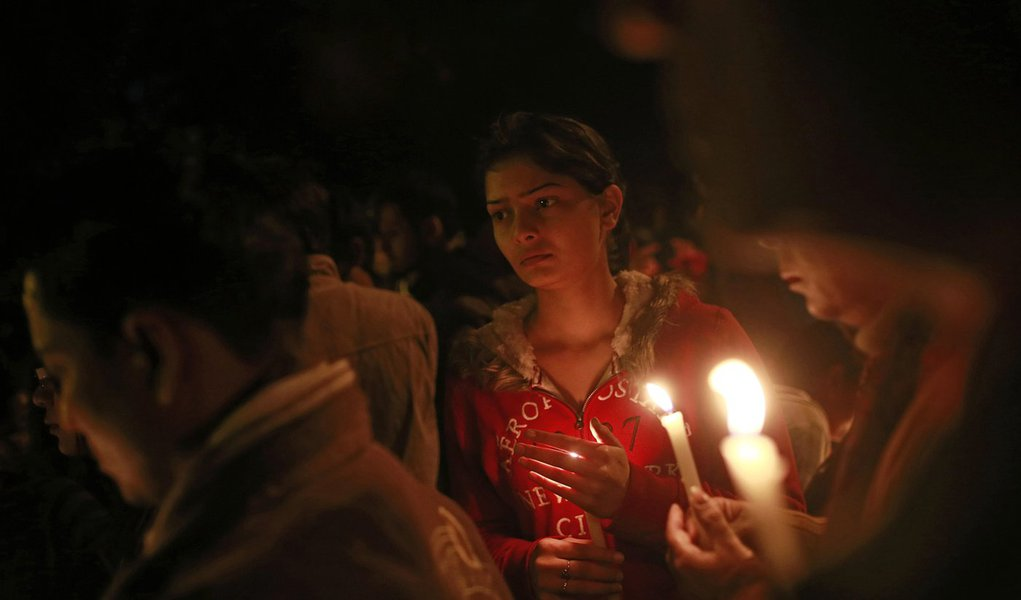 Corpo da estudante estuprada na Índia é cremado