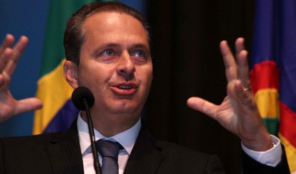 Mesmo com protestos, Campos mantém cautela
