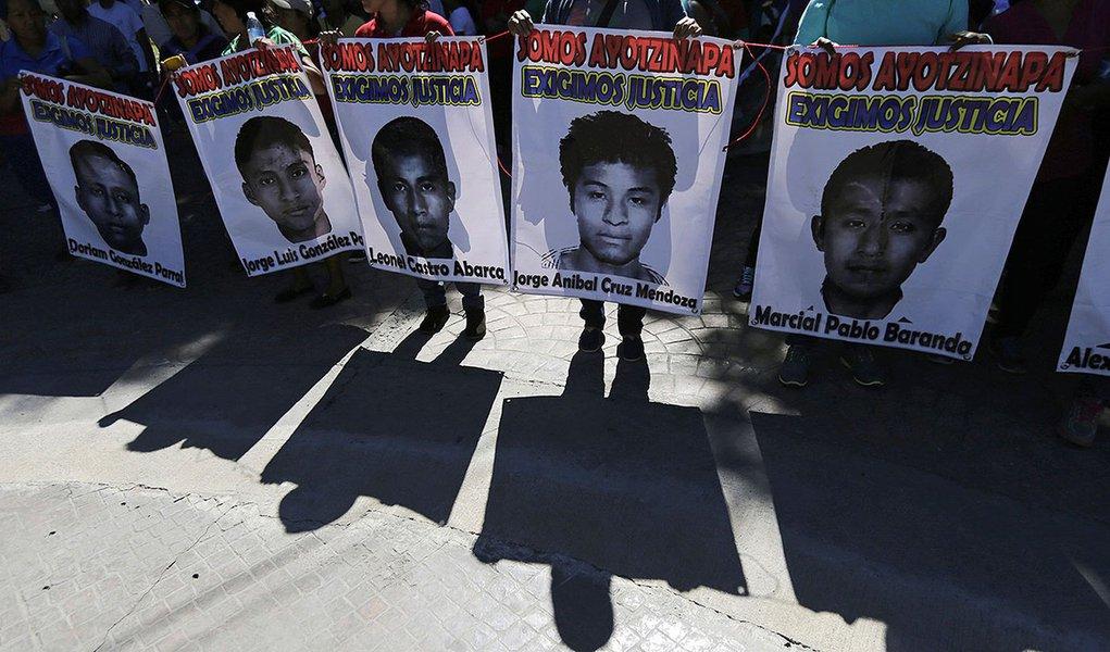 Familiares exibem fotos de estudantes desaparecidos durante uma manifestação em Zumpango, no Estado de Guerrero, no sul do México, nesta quinta-feira. 27/11/2014  REUTERS/Henry Romero