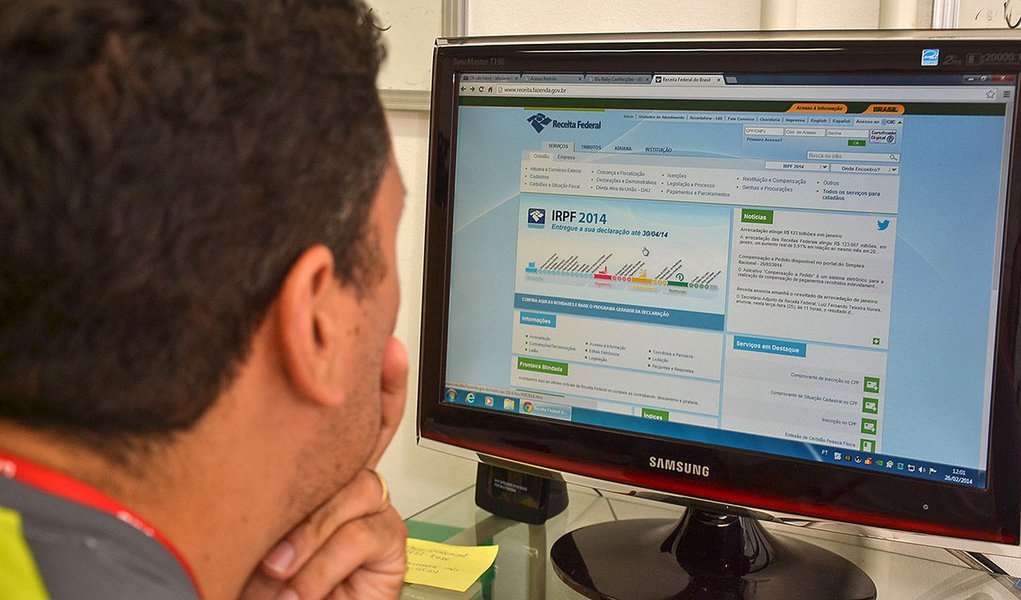 Blumenau/SC - 26/02/2014 - Receita Federal libera programa para fazer declaração do Imposto de Renda 2014. Foto: Denner William/AGP