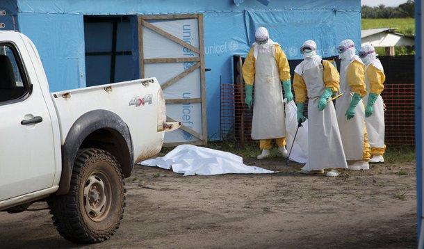 Funcionários da área médica com proteção completa do lado de fora de uma unidade de quarentena na Libéria. 27/07/2014 REUTERS/Ahmed Jallanzo/UNICEF/Divulgação via Reuters