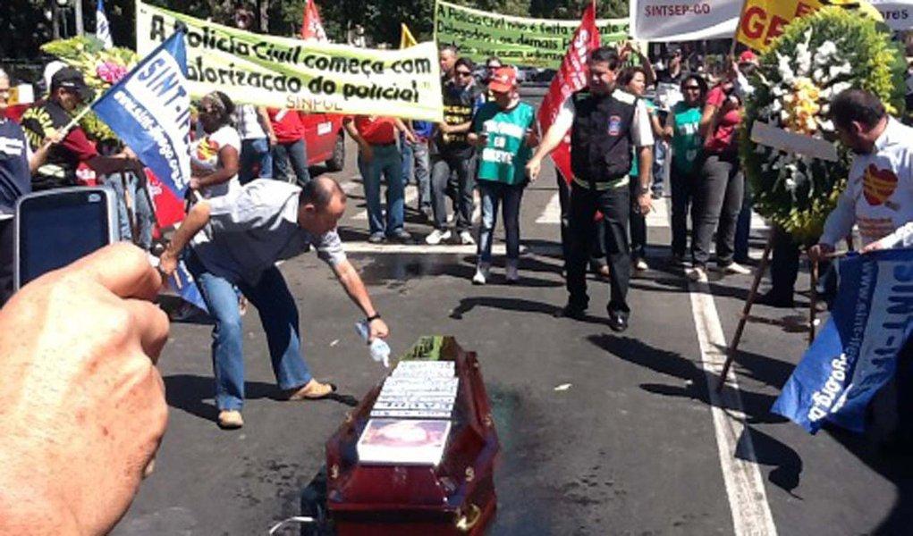 Servidores queimam caixão com foto de Dilma