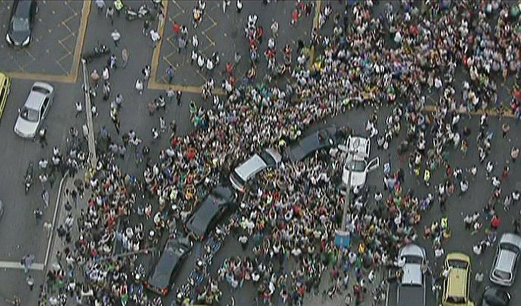 Mídia internacional destaca tumulto na chegada do papa