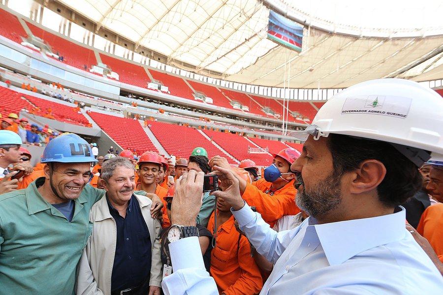 Agnelo e Lula visitam o estádio Mané Garrincha