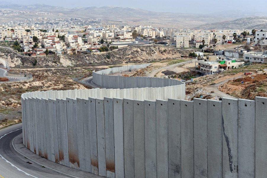 O muro de separação que isola territórios palestinos