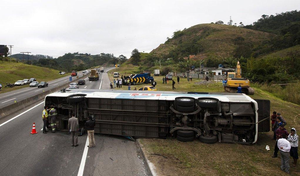 Acidente na Dutra, em São Paulo, mata um e fere 17