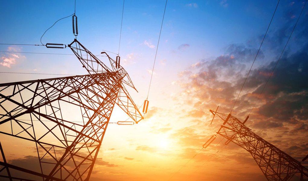 Reajuste da energia só chegará a consumidor em 2015