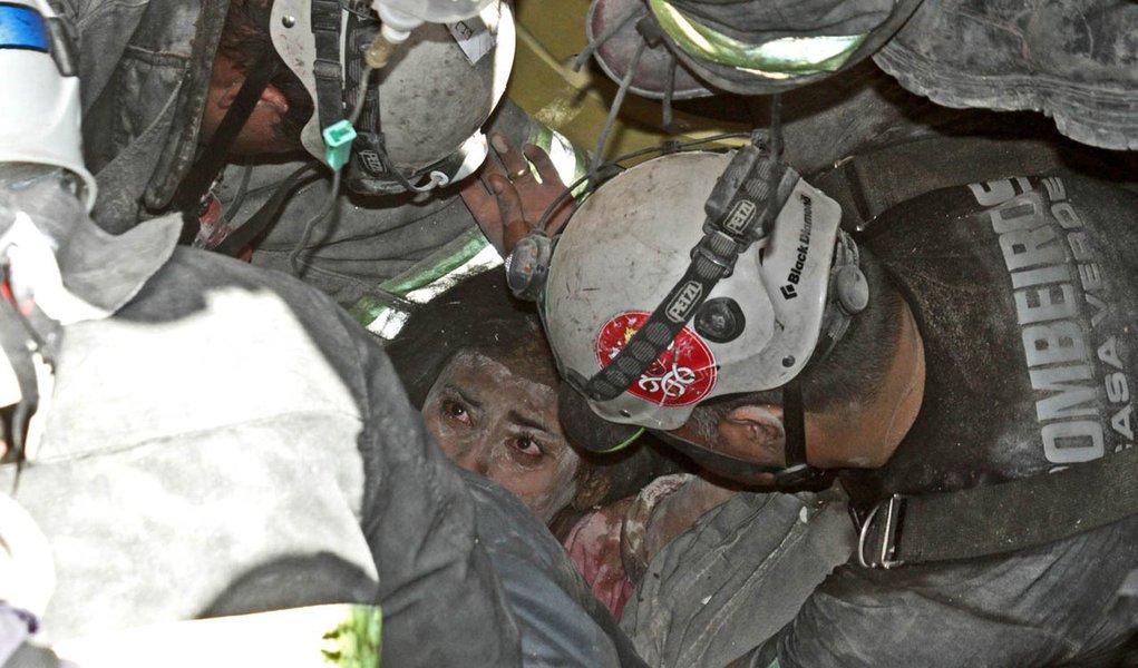 SÃO PAULO, SP - 19.08.2013: EXPLOSÃO/VILA BRASILÂNDIA - Bombeiros resgatam mulher de imóvel que desabou após um vazamento de gás - Uma explosão fez com que uma casa no bairro Vila Brasilândia, na zona norte de São Paulo, desabasse na manhã desta segunda-f