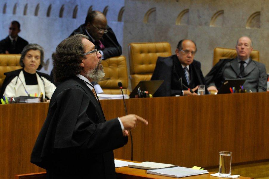 Bras�lia - O advogado Antonio Carlos de Almeida Castro, o Kakay, defensor de Zilmar Fernandes, s�cia do publicit�rio Duda Mendon�a. ocupa a tribuna no julgamento do processo do mensal�o no Supremo Tribunal Federal.  Kakay disse que o processo do mensal�o