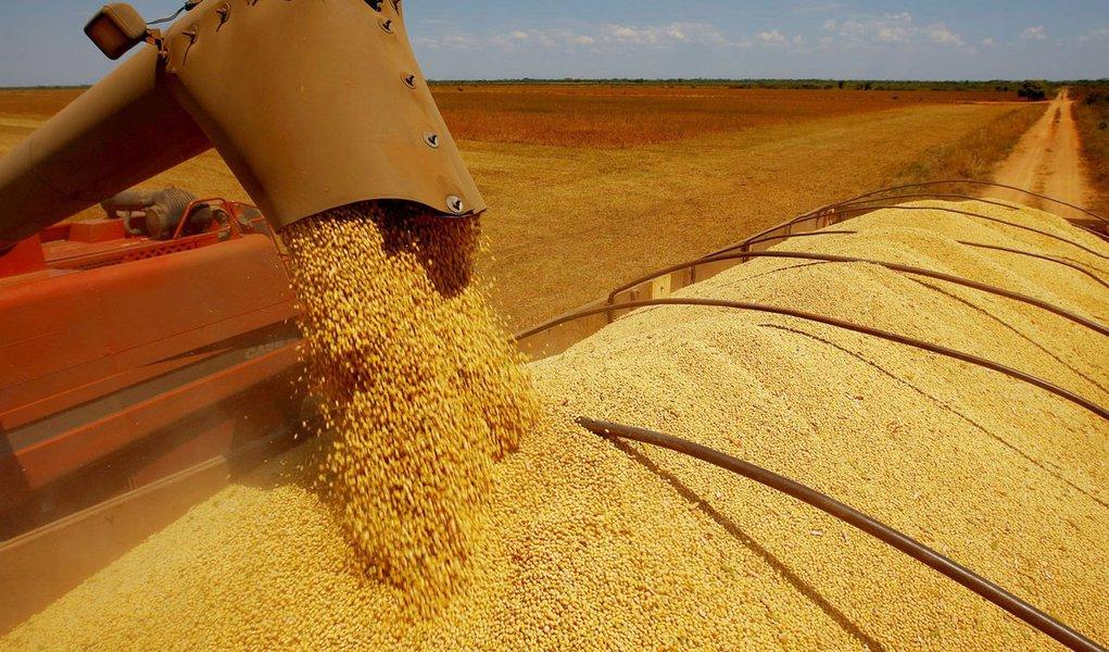 Brasil, Formoso do Araguaia, TO. 04/09/2008. Colheitadeira joga grãos colhidos dentro de um caminhão em plantação de soja  em Formoso do Araguaia. A EMBRAPA desenvolveu um grão de soja resistente as altas temperaturas no cerrado. - Crédito:CELSO  JUNIOR/A