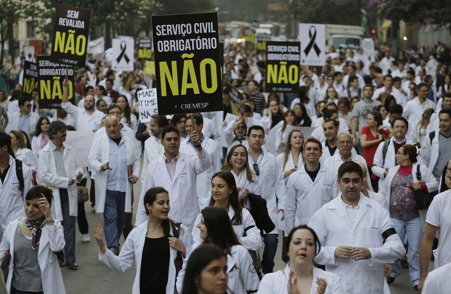 Protesto contra 'Mais Médicos' fecha Av. Paulista