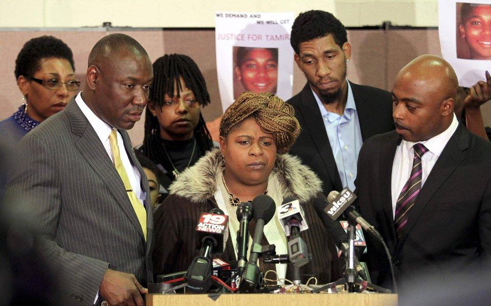 Samaria Rice (centro), mãe de Tamir Rice, a criança que foi morta por um policial, fala à imprensa em Cleveland, Ohio, nesta semana. 08/12/2014 REUTERS/Aaron Josefczyk