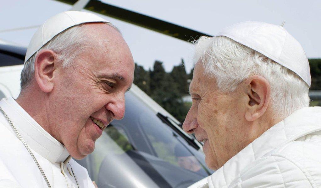 1ª vez em 600 anos: papa e ex-papa se encontram