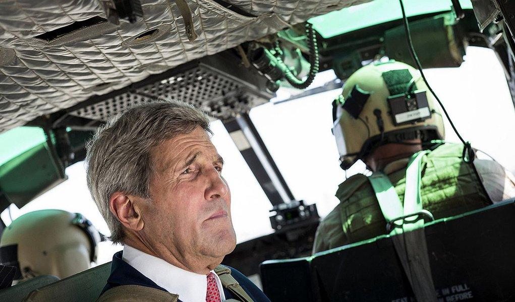 Secretário de Estado, John Kerry, circula de helicóptero em Bagdá. 10/09/2014. REUTERS/Brendan Smialowski/Pool