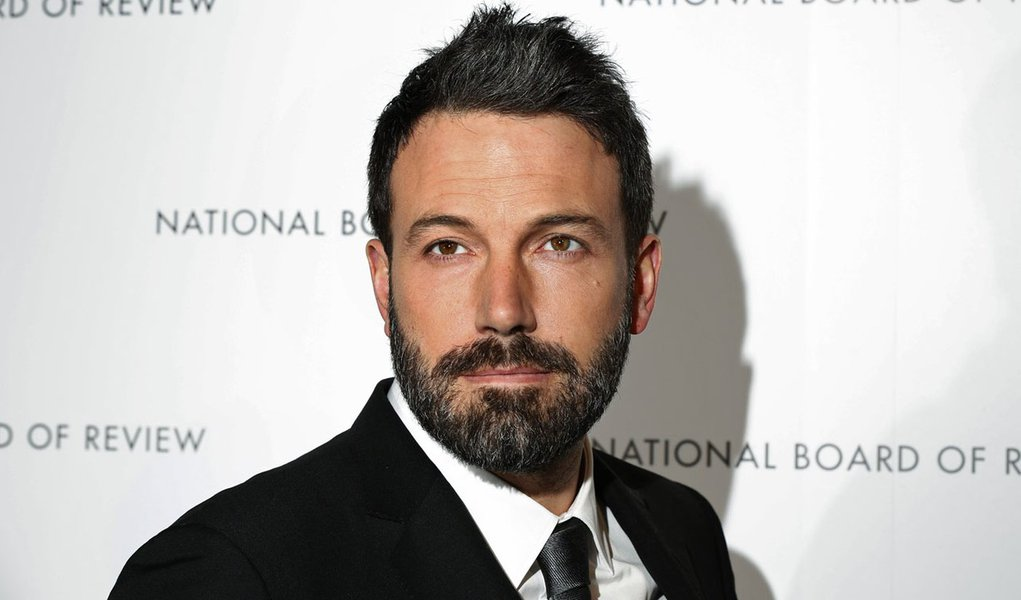 """Actor and director Ben Affleck arrives to accept the Special Achievement in Filmmaking Award at the National Board of Review Awards in New York January 8, 2013. Affleck won the award for his film """"Argo"""". REUTERS/Lucas Jackson (UNITED STATES - Tags: ENTERT"""