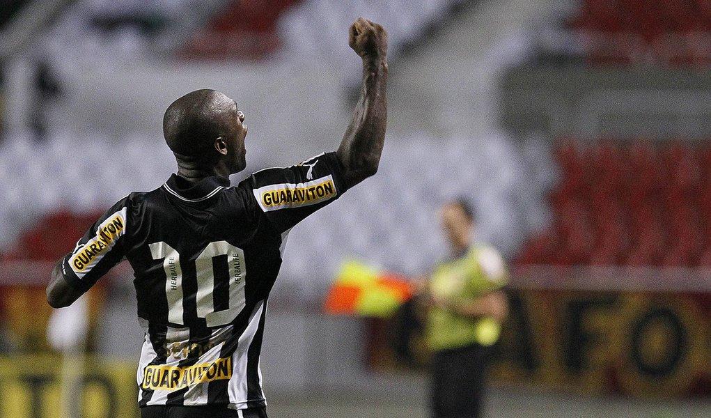 Seedorf vai tomando conta do meio campo do Botafogo