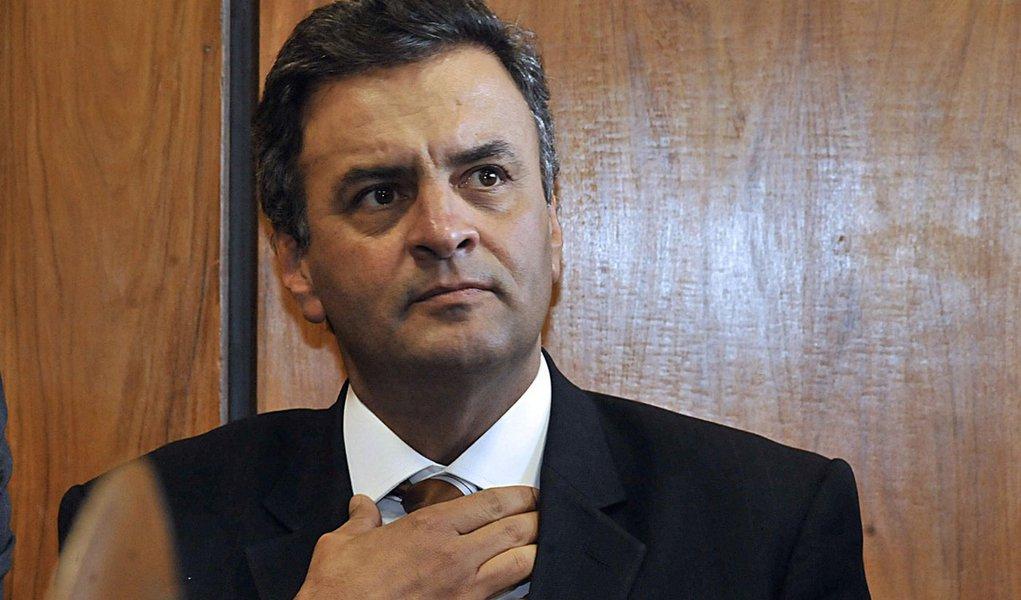 Na folia, Aécio critica infraestrutura para a Copa