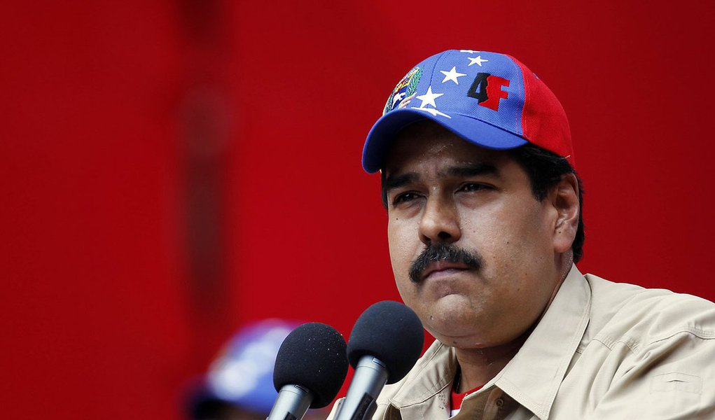 Maduro faz conferência para tentar unir o país
