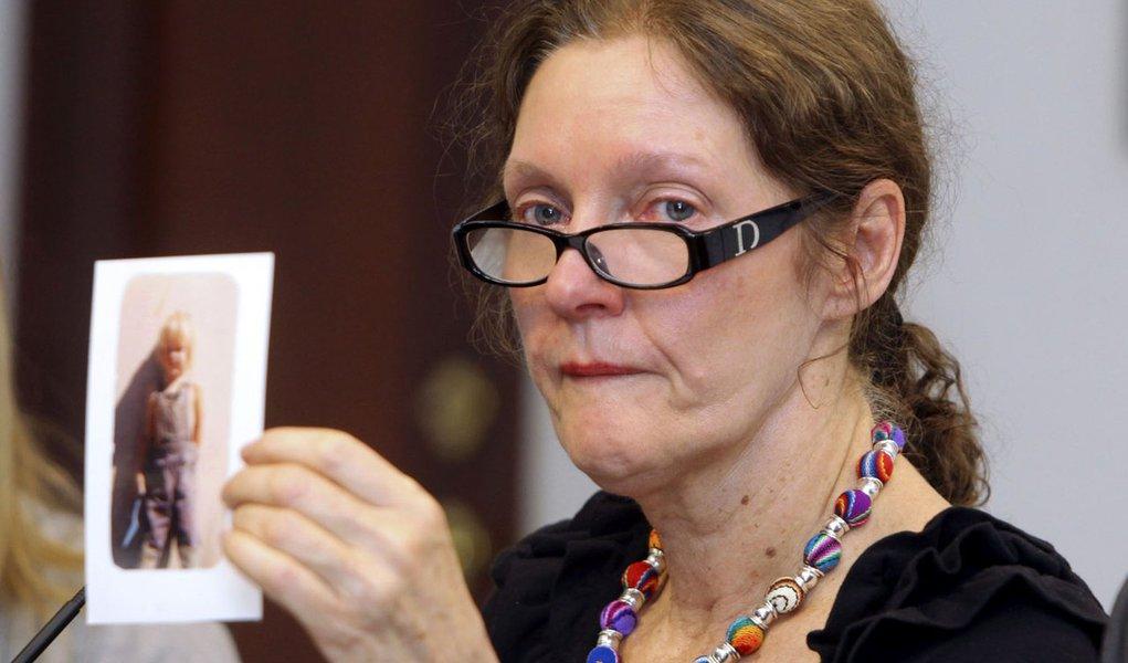 Até a mãe implora pelo asilo de Assange