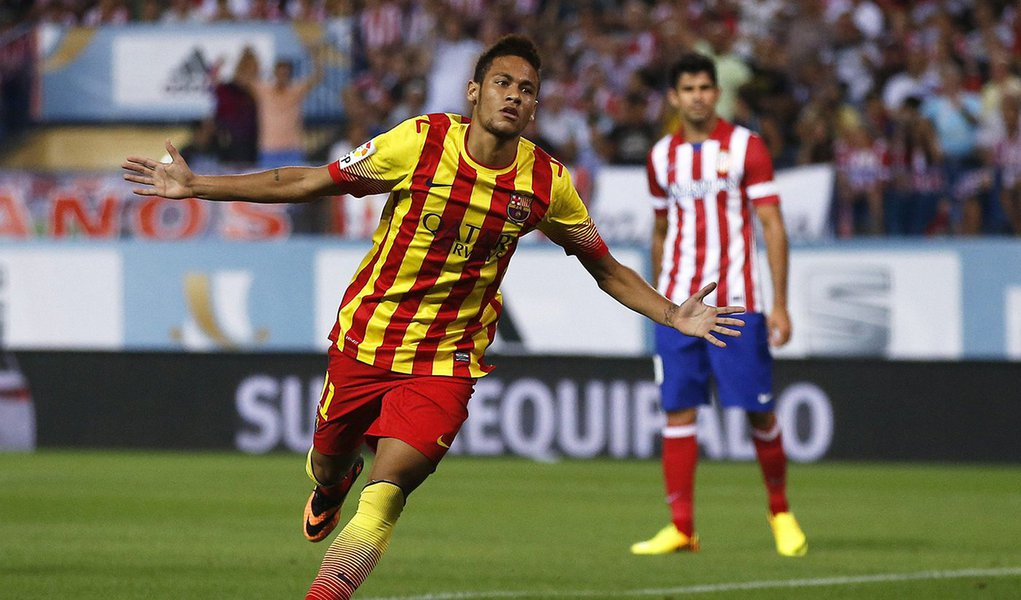 Barcelona's Neymar celebrates his goal against Atletico Madrid during their Spanish Super Cup first leg soccer match at the Vicente Calderon stadium in Madrid August 21, 2013. REUTERS/Juan Medina (SPAIN - Tags: SPORT SOCCER)