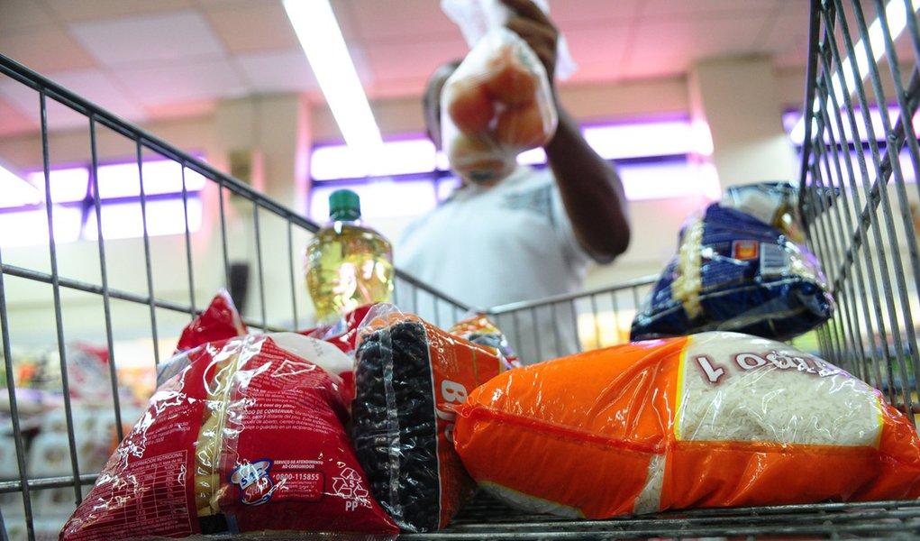 Preço da cesta básica cai pelo 2º mês seguido