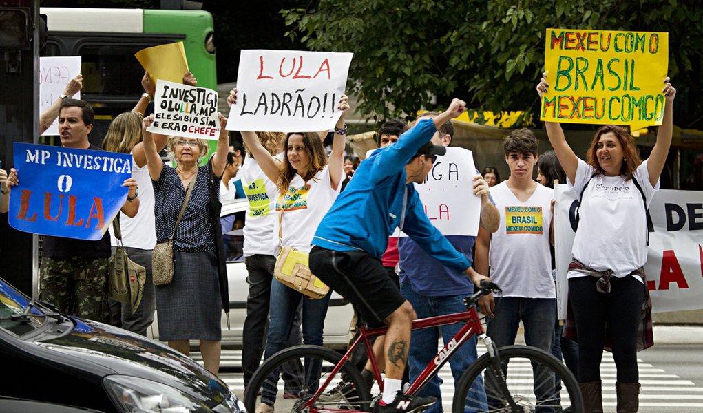 """""""Multidão"""" contra Lula na Paulista: 20 pessoas"""