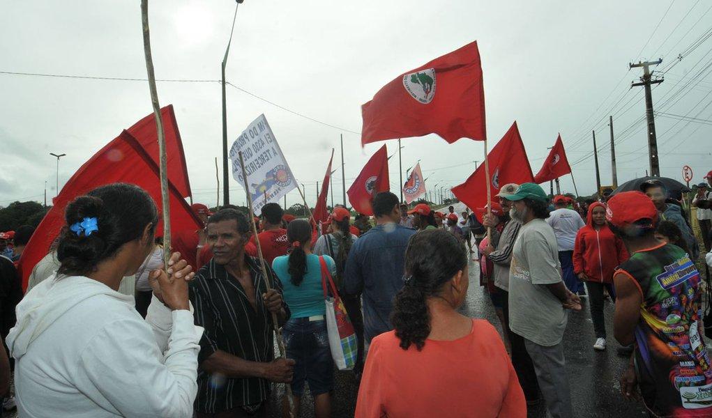Manifestantes saem em passeata pelo Recife