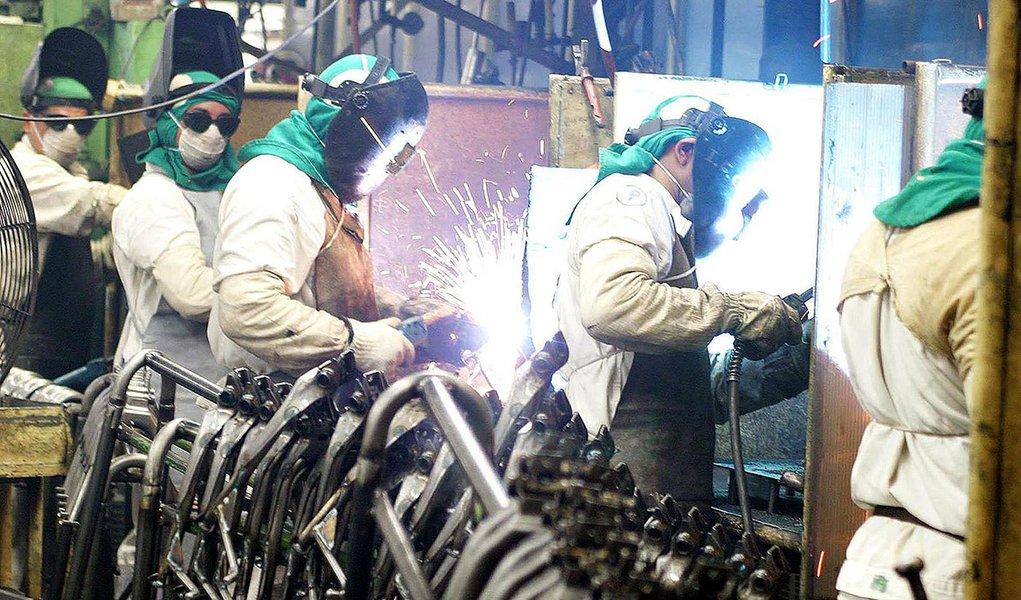 Manaus - A produção industrial recuou em outubro em dez dos 14 locais pesquisados pelo IBGE Foto: Arquivo ABr
