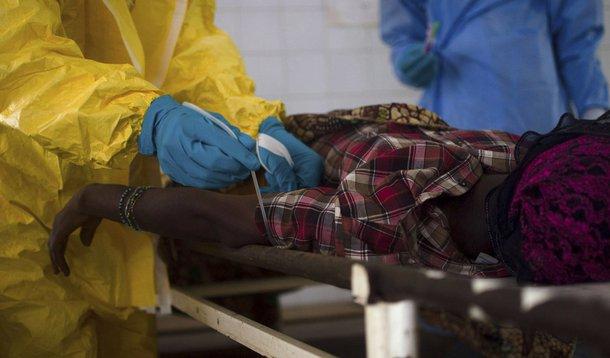 Paciente supostamente com Ebola em hospital de Kenema, na Guiné. 10/07/2014 REUTERS/Tommy Trenchard