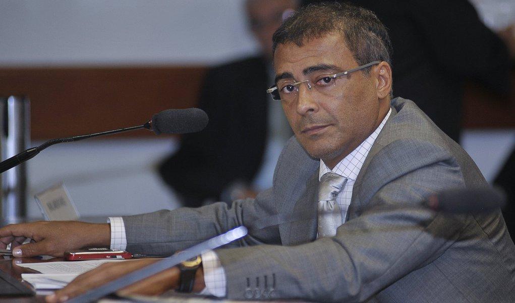 'Eu sou negro', afirma Romário em resposta a Tiburi