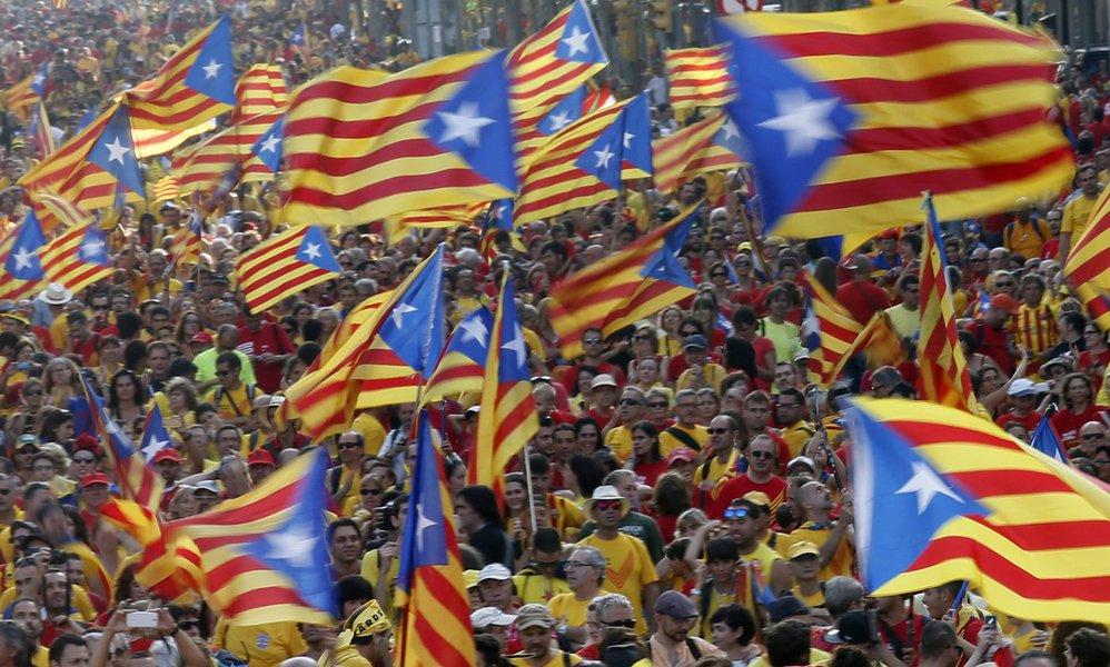 Pessoas levantam bandeiras da Catalunha em manifestação que marcou o dia da Catalunha. Centenas de milhares de catalães eram esperados nas ruas para pedir o direito de decidir por voto uma eventual separação da Espanha. 11/09/2014.REUTERS/Albert Gea