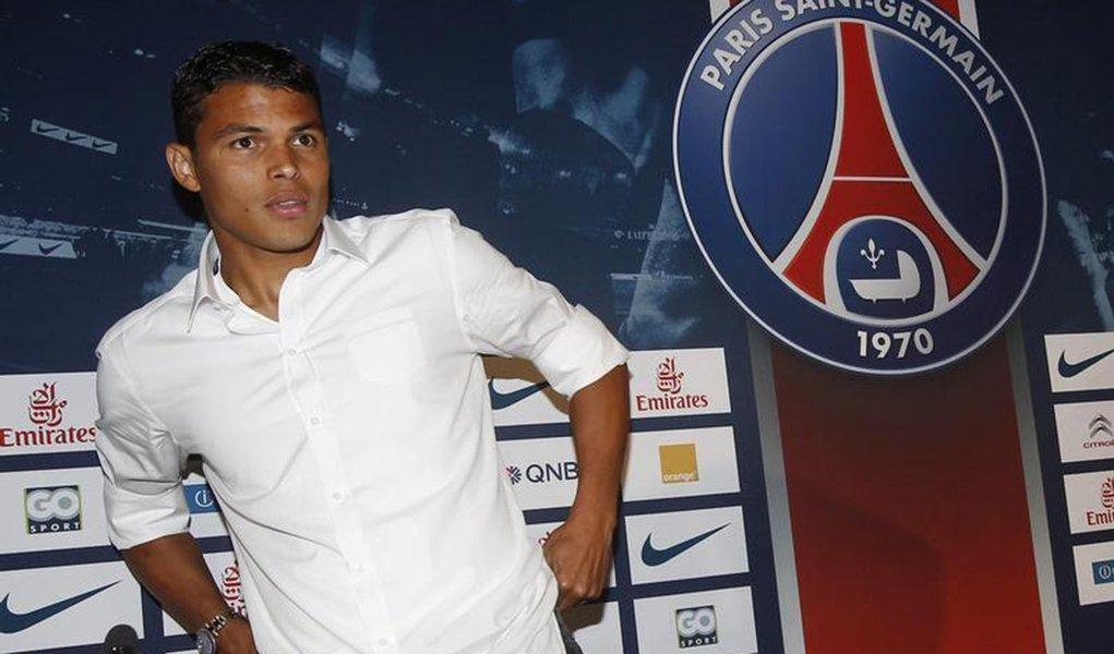 Zagueiro Thiago Silva, jogador do Paris St Germain, fotografado durante coletiva de imprensa em Paris. Thiago Silva renovou contrato com o PSG por mais um ano, o que vai mantê-lo no clube atual campeão francês até 2018, informou a equipe nesta quinta-feir