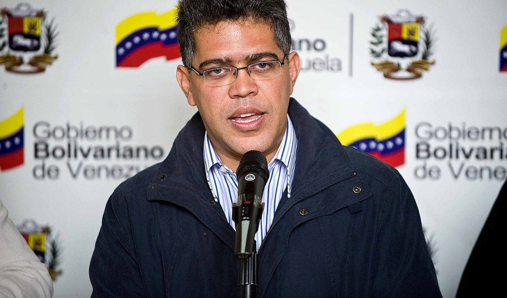 Internado, Chávez nomeia novo chanceler da Venezuela