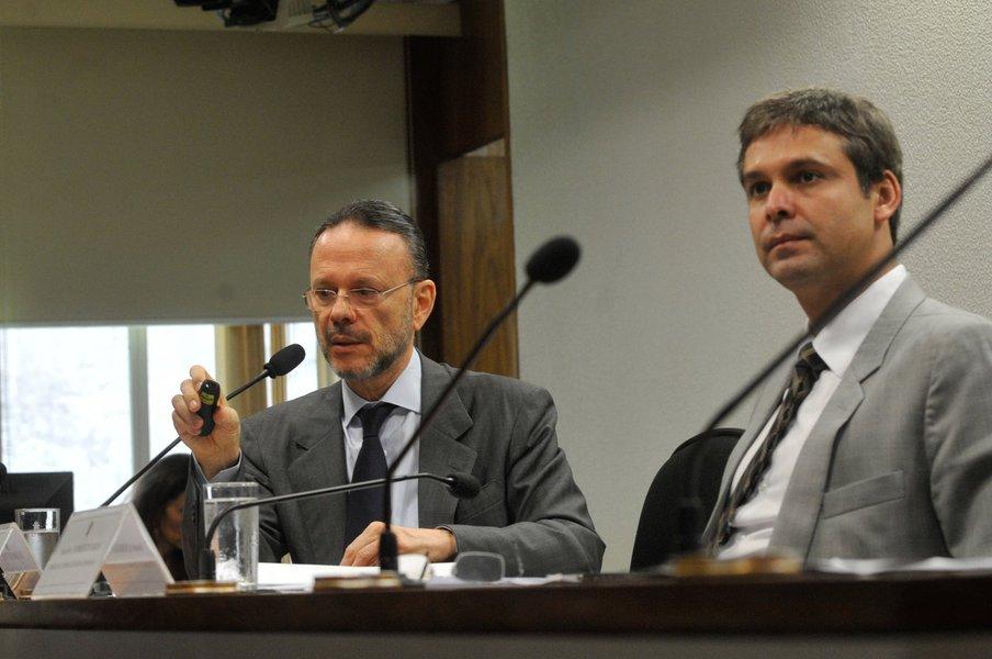 Luciano Coutinho defende investimentos do BNDES