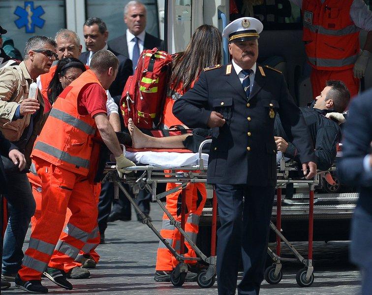 Dois policiais são feridos na posse do governo italiano