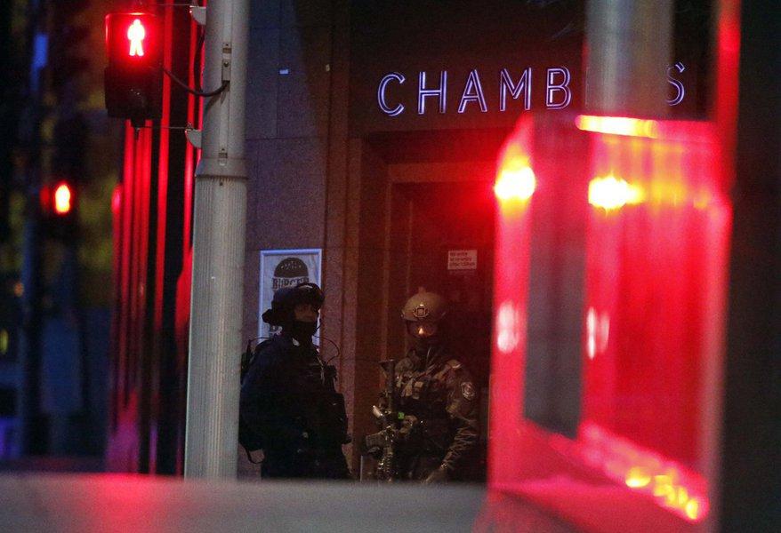 Policiais do lado de fora de cafeteria em Sydney onde homem armado mantinha reféns. 15/12/2014 REUTERS/David Gray