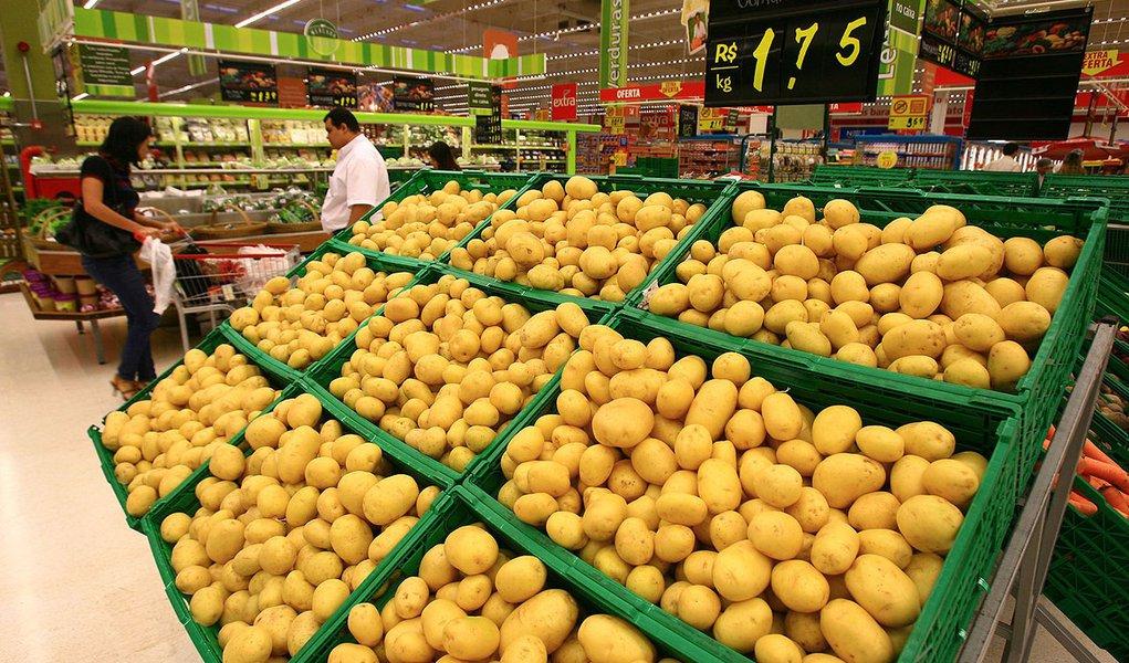 RIBEIRÃO PRETO, SP, BRASIL, 07-07-2011: Banca de batata em supermercado de Ribeirão preto.Os preços dos produtos que compõem a cesta básica em Ribeirão Preto tiveram aumento de 0,38% de maio até 18 de junho, segundo levantamento do Departamento de Economi