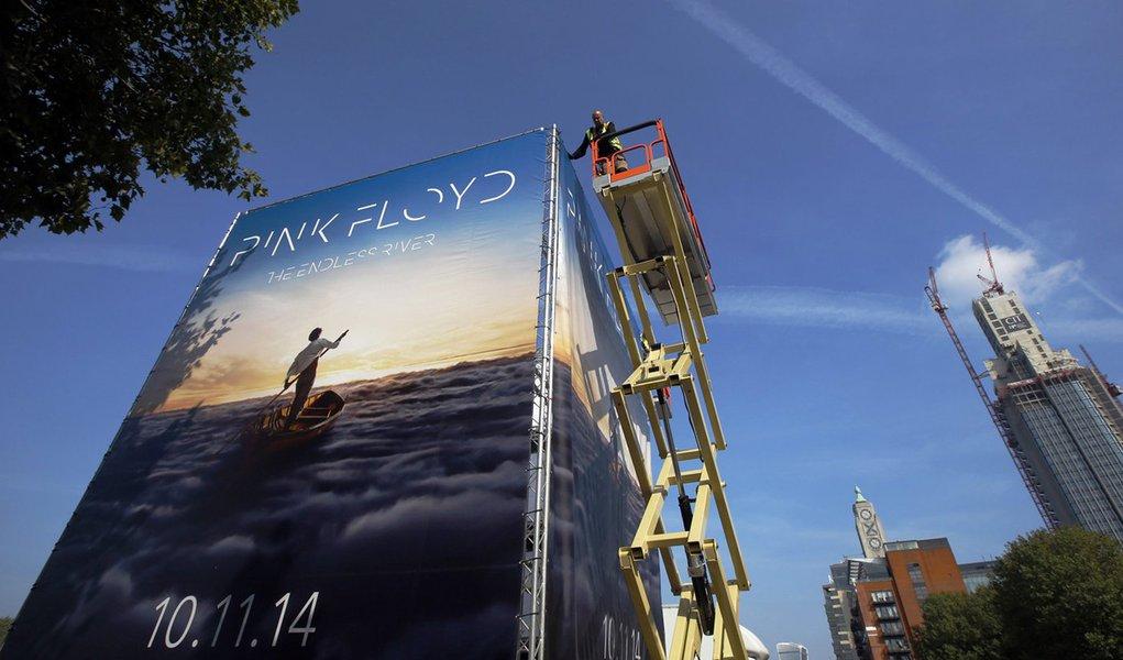"""Propaganda para novo álbum do Pink Floyd, """"The Endless River"""", é instalada em Londres. 22/09/2014 REUTERS/Luke MacGregor"""