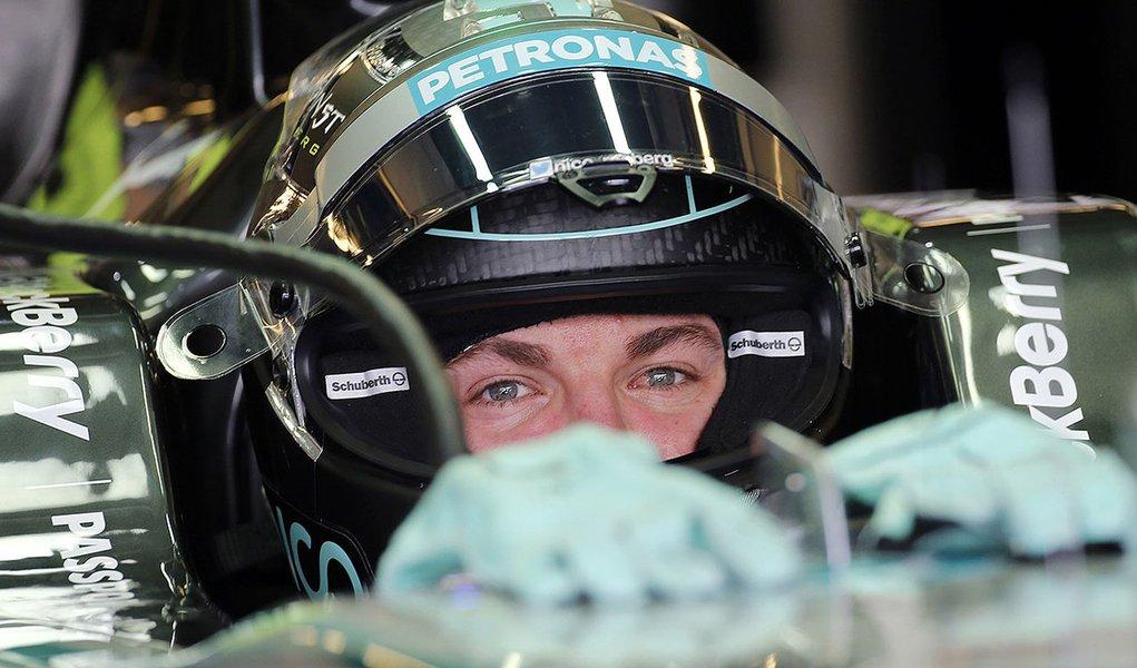 Nico Rosberg durante treino em Abu Dhabi nesta sexta-feira.  REUTERS/Ahmed Jadallah