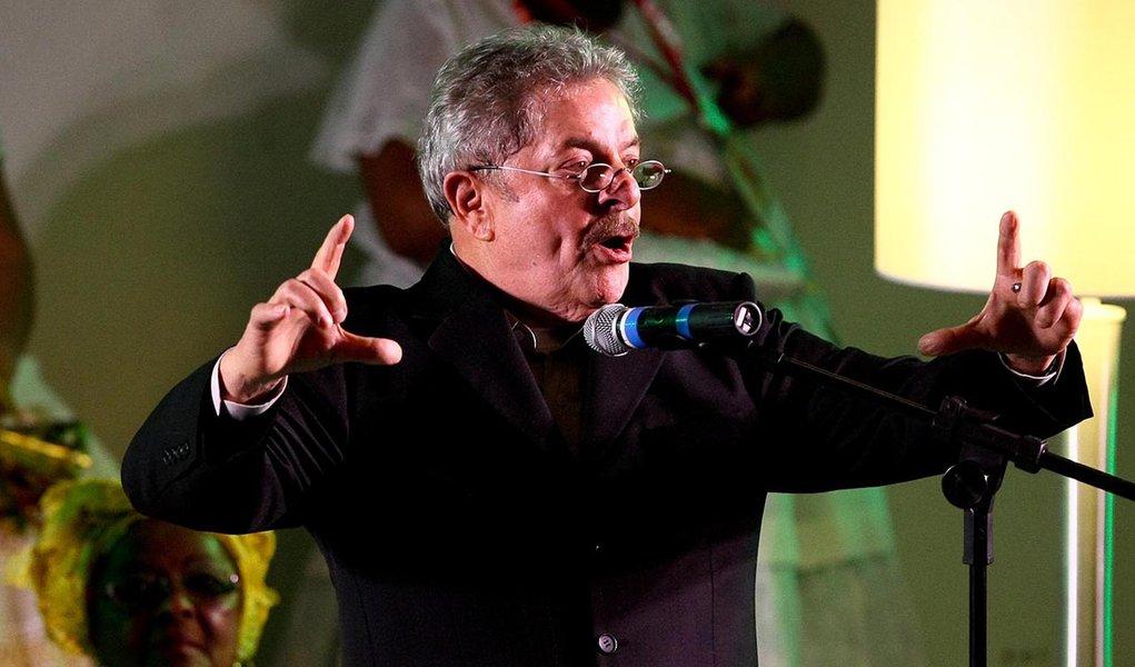 """Lula critica """"preconceito"""" contra Dilma"""