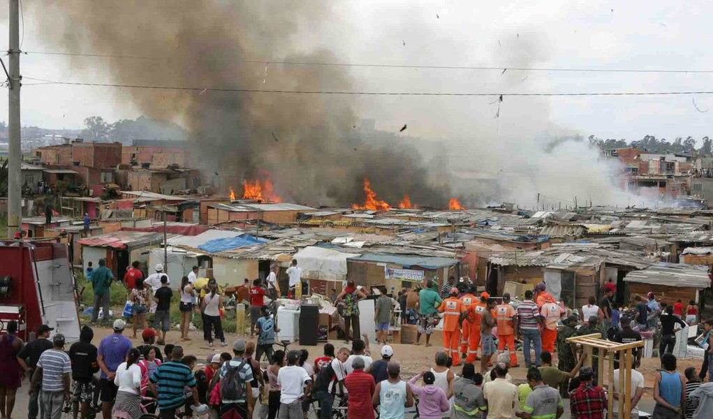 Incêndio destrói favela na Zona Leste