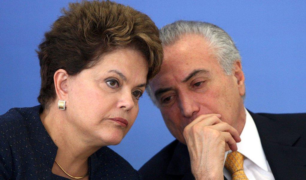 DF - DILMA/FINEP - POLÍTICA - A presidente Dilma Rousseff e o vice-presidente Michel Temer durante a entrega do Prêmio FINEP de Inovação 2011 em Brasília, nesta quinta-feira (15).  15/12/2011 - Foto: BETO BARATA/AGÊNCIA ESTADO/AE