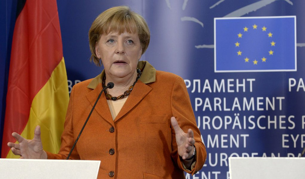 Merkel pede observadores na Ucrânia. Putin concorda