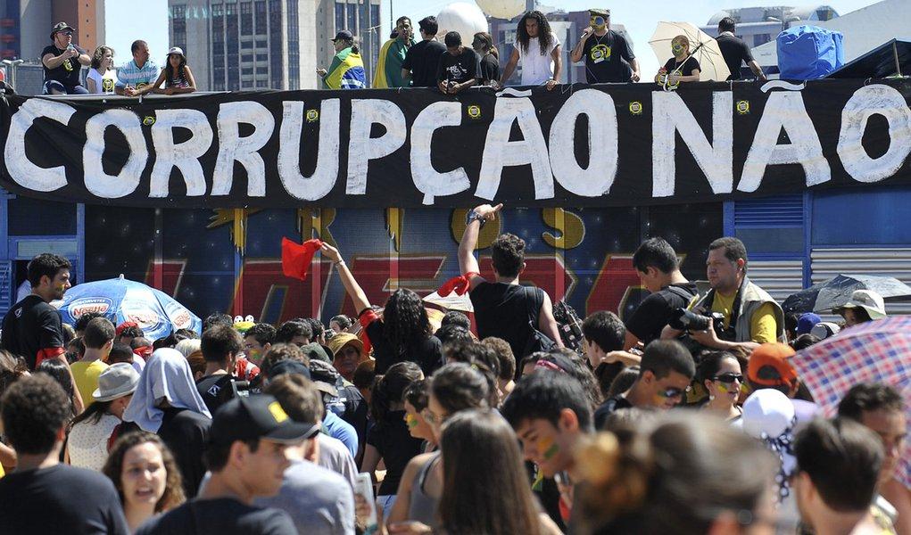 Marcha contra a corrupção reúne jovens na Esplanada