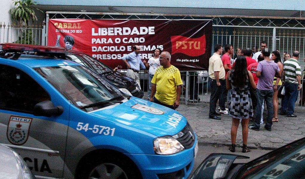 Justiça liberta 12 bombeiros que estavam presos no Rio