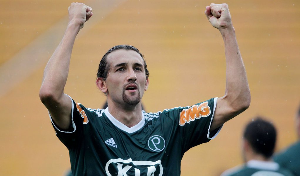 Com gol de Barcos, Palmeiras vence e lidera Paulistão