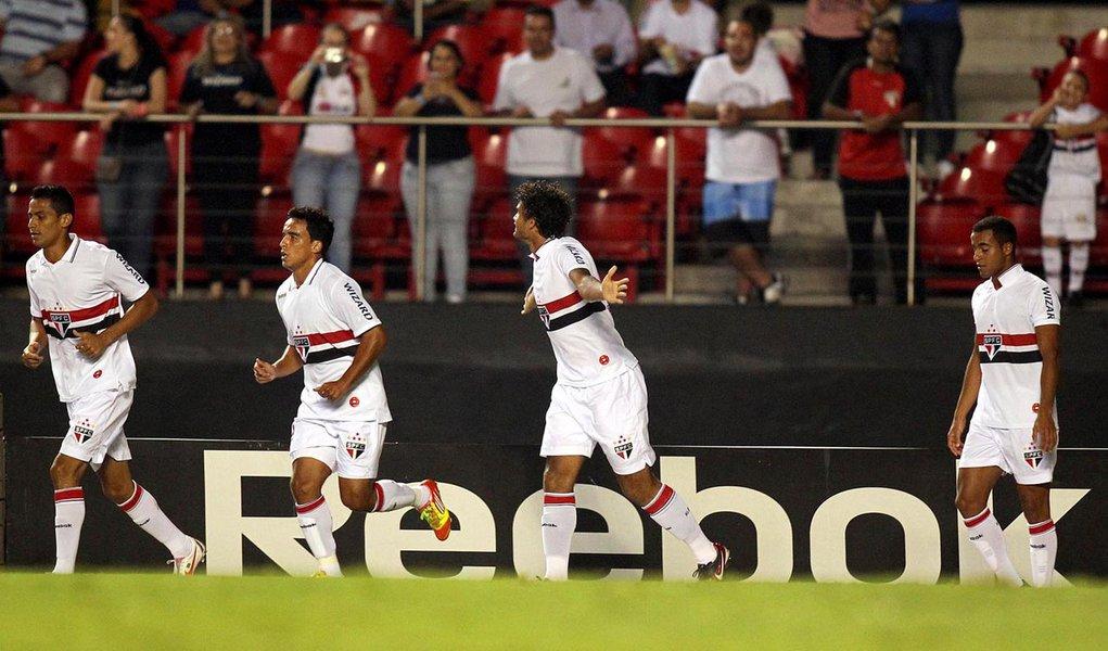 São Paulo só empata em casa, mas recupera liderança