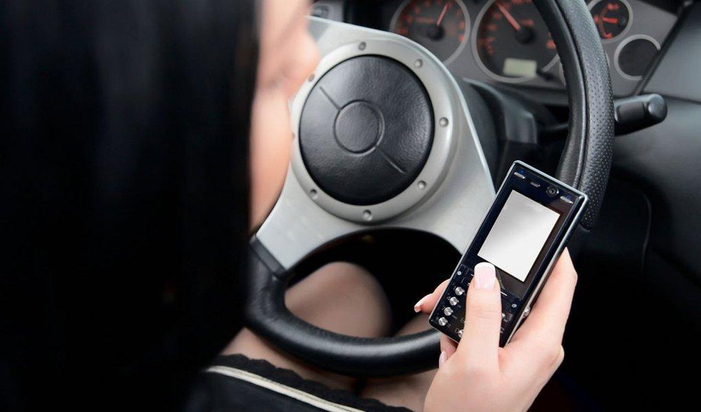 Mulher no volante: elas falam mais ao celular e estacionam indevidamente