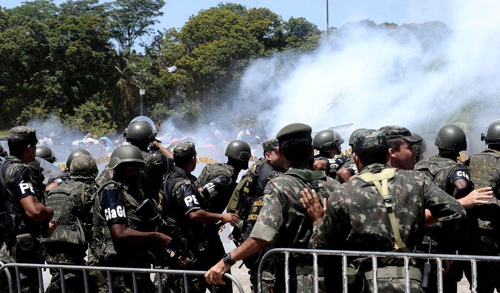Exército entra em confronto com PMs grevistas
