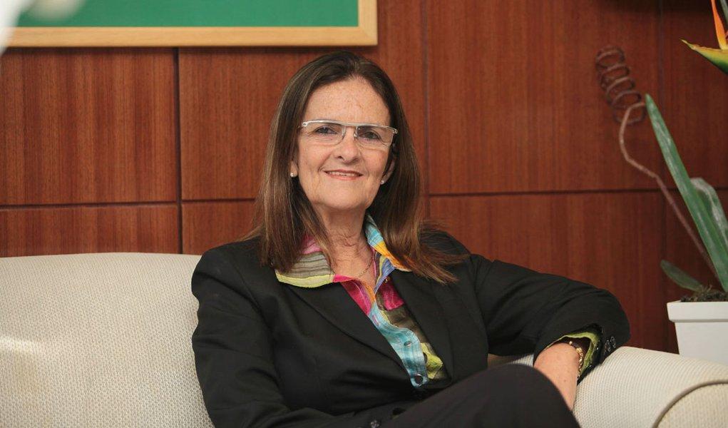 Graça Foster defende aumento no preço da gasolina